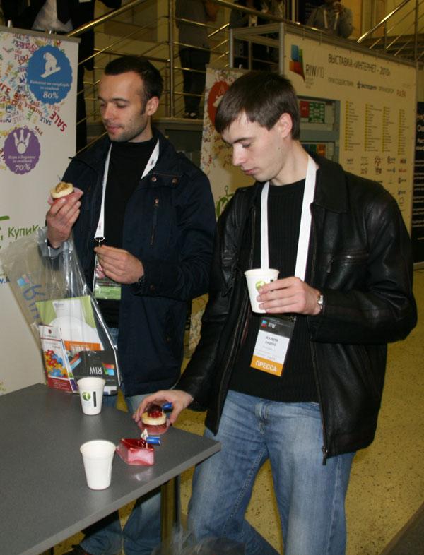 zeleboba на RIW 2010 поглощает пирожные